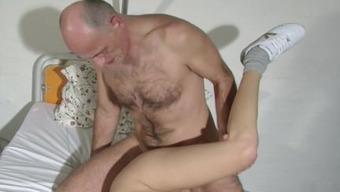 In german old Grandpa persuade his youthful Nurse