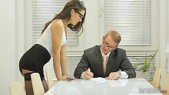 Provocative secretary Carolina Abril seduces her boss for sex