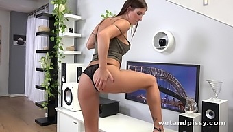 Kinky girl Jenifer Jane is actually happy to pet her smelly of urine pussy