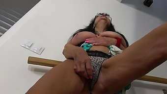 Horny solo mature with glasses enjoys pleasuring her old cunt