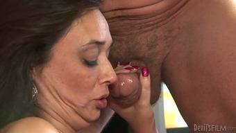 Cougar chunky companion studies learn how to persuade lift from her partner